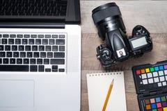 Konzept des FotografArbeitsplatzes Draufsicht der verschiedenen Person Lizenzfreie Stockfotografie