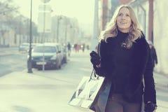 Konzept des Fraueneinkaufs stockfotos