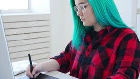 Konzept des Freiberuflich t?tig seins oder der B?roarbeit Junger weiblicher Grafikdesigner mit dem farbigen Haar, das zu Hause im stock video footage