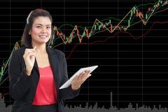 Konzept des Geschäfts, der Technologie, des Internets und der Börse mit Kopienraum - freundliches junges Lächeln Stockfotos
