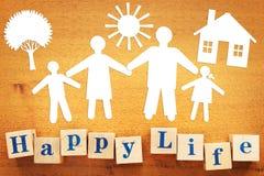 Konzept des glücklichen Lebens Papierscrapbooking und hölzerne Würfel stockbilder