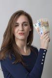 Konzept des guten Preis-Leistungs-Verhältnisses für stolze Frau des Euros 20s Stockfoto