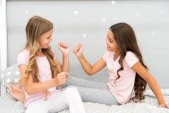 Konzept des gutenmorgens Kindernettes Spielschlafzimmer Großer Tagesbeginn Glückliche Kindheitsmomente Freude und Glück lizenzfreies stockfoto