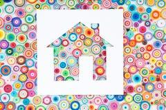 Konzept des Hauses auf dem bunten Papier gemacht mit Rüschentechnik Stockfoto