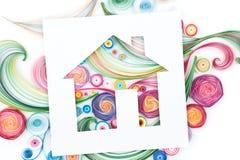 Konzept des Hauses auf dem bunten Papier gemacht mit Rüschentechnik Stockbilder