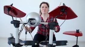 Konzept des Hobbys und der Musik Schlagzeuger der jungen Frau, der zu Hause elektronische Trommelausr?stung ?bt stock video footage