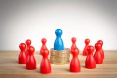 Konzept des Ich-führenden Vertreters der Wirtschaft mit blauer Zahl auf Münze stac Stockfoto