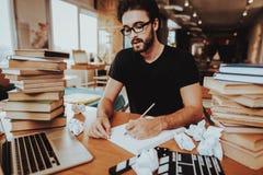 Konzept des jungen Text-Verfassers Working Indoors lizenzfreies stockfoto