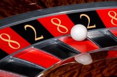 Konzept des Kasinoroulettekessels mit Code des Vermögens Stockbild