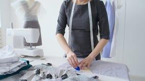 Konzept des Kleinbetriebs und der kleinen Produktion Junge hübsche Damenschneiderinfrau näht Kleidung in der Werkstatt stock video footage