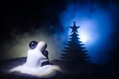 Konzept des Liebes-neuen Jahres Keramische Zahlen des Mädchens und des Jungen umarmt sich und steht auf dem weißen Schnee und far Stockbilder