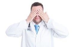 Konzept des männlichen Mediziners oder des Doktors, die blinde Geste machen Lizenzfreie Stockfotografie