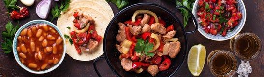 Konzept des mexikanischen Lebensmittels Salsa, Tortilla, Bohnen, Fajitas und te stockfotos