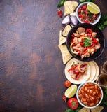 Konzept des mexikanischen Lebensmittels Salsa, Tortilla, Bohnen, Fajitas und te lizenzfreie stockfotografie