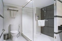Konzept des modernen Dekorationsdesigns des Badezimmers für Luxushotel, Wohn stockbild