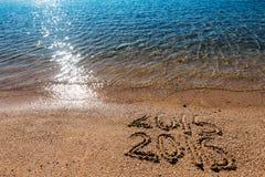 Konzept des neuen Jahres auf dem Seestrand Lizenzfreies Stockbild
