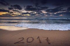 Konzept 2017 des neuen Jahres auf dem Seestrand Lizenzfreie Stockfotos