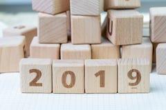 Konzept des neuen Jahres 2019, des Berichts oder der Entschließung, Würfelholzklotz w stockfotos
