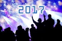 Konzept des neuen Jahres 2017 Feiern der Menge und der Feuerwerke Lizenzfreie Stockfotografie