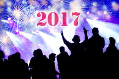 Konzept des neuen Jahres 2017 Feiern der Menge und der Feuerwerke Lizenzfreies Stockfoto