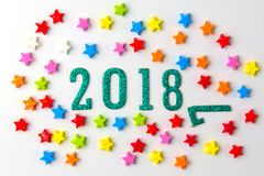 Konzept des neuen Jahres 2018 Gruppe des Geschäftsmannes und die Geschäftsfrauminiaturzahlen, die auf 2 0 1 8 sitzen, nummerieren Lizenzfreie Stockfotos