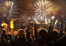 Konzept des neuen Jahres - jubelnde Menge und Feuerwerke Lizenzfreie Stockbilder