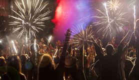 Konzept des neuen Jahres - jubelnde Menge und Feuerwerke Lizenzfreie Stockfotos