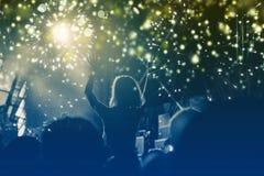 Konzept des neuen Jahres - jubelnde Menge und Feuerwerke Stockfoto
