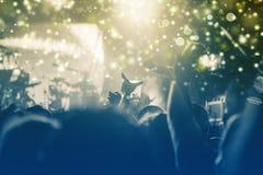 Konzept des neuen Jahres - jubelnde Menge und Feuerwerke Lizenzfreies Stockbild