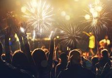 Konzept des neuen Jahres - jubelnde Menge und Feuerwerke Stockbilder