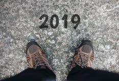 Konzept des neuen Jahres 2019, junger Geschäftsmann Walking und Stellung auf Straße Geschäft Ziel und Erfolg stockbild