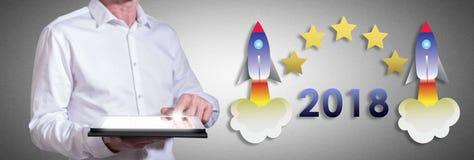 Konzept 2018 des neuen Jahres mit dem Mann, der eine Tablette verwendet Lizenzfreie Stockfotos