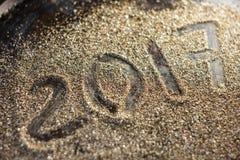 Konzept des neuen Jahres 2017 Nr. 2017 auf der Goldsandbeschaffenheit Stockfotografie