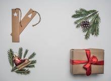 Konzept des neuen Jahres oder des Weihnachten der Geschenkverpackung, Papier, Umschläge, Weihnachtsbaumaste, auf einem weißen Hin lizenzfreie stockfotografie