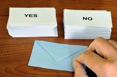 Konzept des Referendums mit Stimmzetteln ja und nein lizenzfreies stockbild