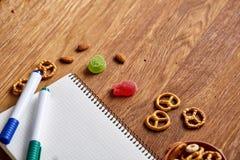 Konzept des Schulmahlzeitbruches mit gesunder Brotdose und Schulbedarf auf hölzernem Schreibtisch, selektiver Fokus Lizenzfreies Stockbild