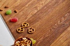 Konzept des Schulmahlzeitbruches mit gesunder Brotdose und Schulbedarf auf hölzernem Schreibtisch, selektiver Fokus Lizenzfreie Stockfotos
