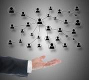 Konzept des Sozialen Netzes, das über einer Hand frei schwebt Lizenzfreies Stockfoto