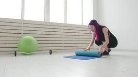 Konzept des Sports und der Gesundheit und des Entspannung Junge Frau mit einer Yogamatte und Übungen in einer Wohnung oder in ein stock footage