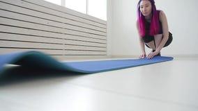 Konzept des Sports und der Gesundheit und des Entspannung Junge Frau mit einer Yogamatte und ?bungen in einer Wohnung oder in ein stock video footage