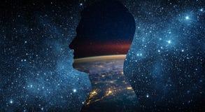 Konzept des Tages der Erde am 22. April Planetenerde innerhalb eines menschlichen silhouett stockfotos