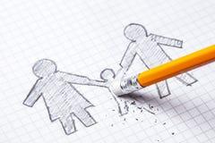 Konzept des Todes des Kindes, Verlust Die Familie wird auf Papier mit Bleistift gemalt und das Kind wird gelöscht stockbild
