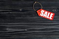 Konzept des Verkaufs auf Draufsicht des dunklen hölzernen Hintergrundes Stockfotos