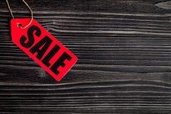 Konzept des Verkaufs auf Draufsicht des dunklen hölzernen Hintergrundes Stockfotografie
