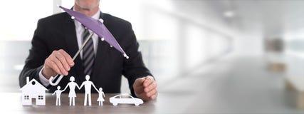 Konzept des Versicherthauses, -familie und -autos Stockfotos