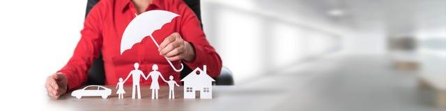 Konzept des Versicherthauses, -familie und -autos Stockfoto
