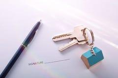 Konzept des Vertrages unterzeichnend für Kauf eines Hauses Stockfotos