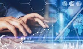 Konzept des virtuellen Diagramms, Diagramm schließt, Digitalanzeige, Verbindungen, Statistikikonen an Männliche Hände, die auf Do lizenzfreie stockfotografie