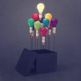 Konzept des Zeichnungsideen-Bleistifts und der Glühlampe außerhalb des Kastens Lizenzfreies Stockbild