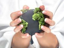 Konzept des Zusammendrückens der Betriebsmittel des Planeten lizenzfreie stockfotos